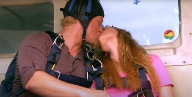 Партнеры пытались заняться сексом в полете, скриншот: Youtube