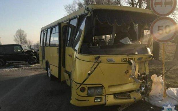 Замість дому в лікарню: маршрутка з пасажирами потрапила в страшну аварію, є постраждалі