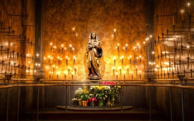 Цариця небесна: статуя Діви Марії затопила парафіян святими сльозами