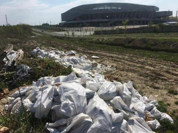 """Арена Львов превратился в гигантскую свалку - тотальное свинство на стадионе показали """"грязными"""" фото"""