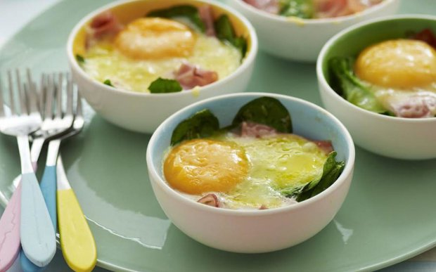 Запечені яйця з шинкою і шпинатом: свіжа ідея для сніданку
