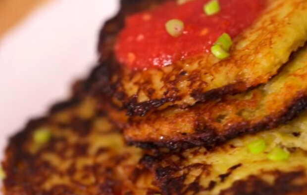 Деруни з яблуком і томатним соусом, скріншот: YouTube / Ievgen Klopotenko