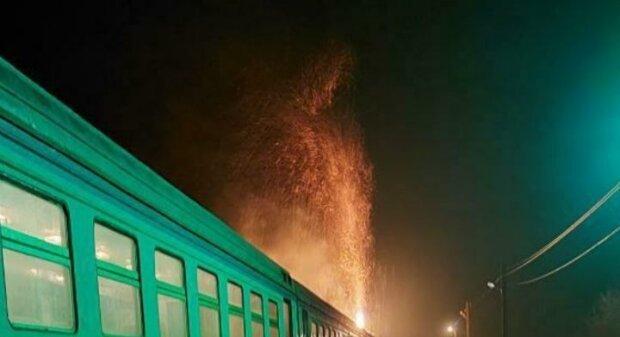 Поезд Укрзализныци загорелся на ходу, откуда огонь - никто не знает: кадры ЧП