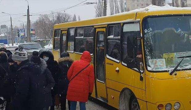 Маршрутка в Киеве, кадр из видео, изображение иллюстративное: YouTube