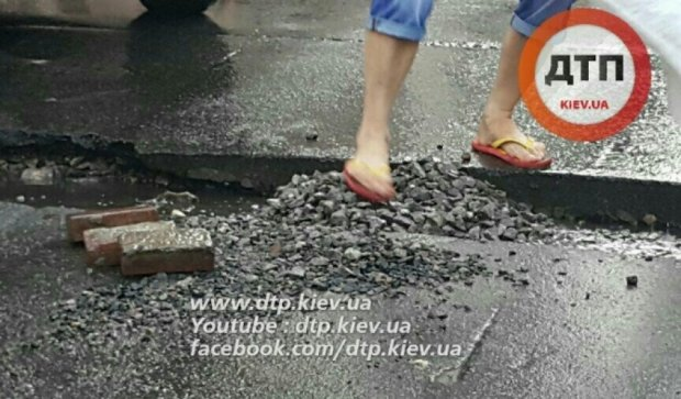 Киевляне сами залатали ямы на дорогах
