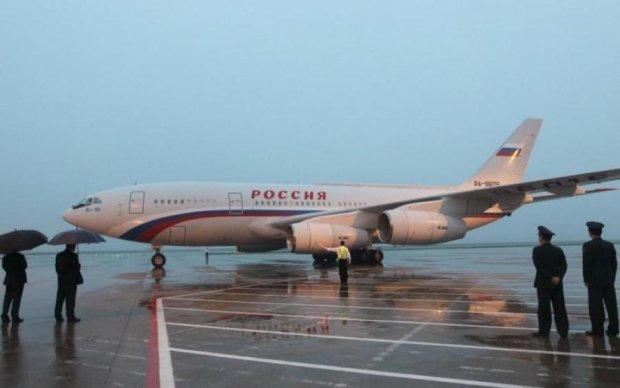 Кровать размером со стадион и золотой унитаз: в сеть слили фото самолета Путина