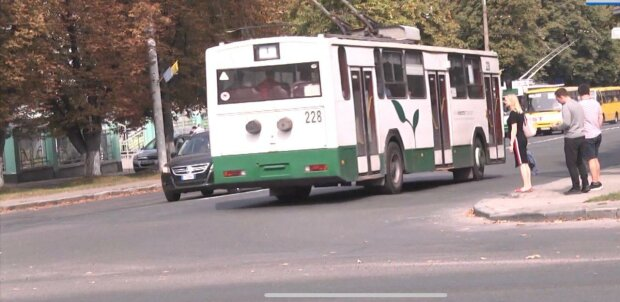 """У Києві """"гола"""" водій тролейбуса накинулася з кулаками на пасажира – """"Маю право!"""""""