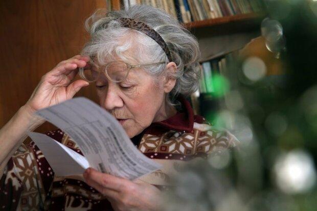 Бабушка читает платежку за коммуналку, Российская газета