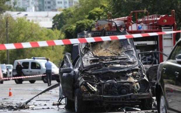 Власть дрогнула: автомобили чиновников массово подрывают