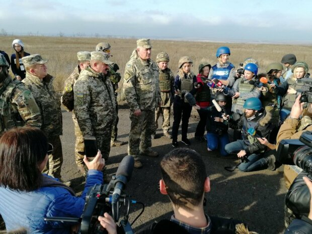 """Штаб ООС заявив про старт розведення сил в Петровському: """"Пускаємо ракету..."""", відео"""