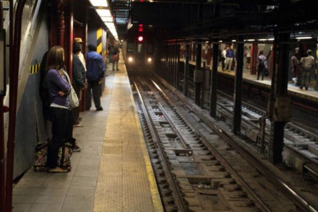 Адское утро в метро: столичную подземку трясет, вызвали скорую и спасателей, людям советуют не высовываться на улицы