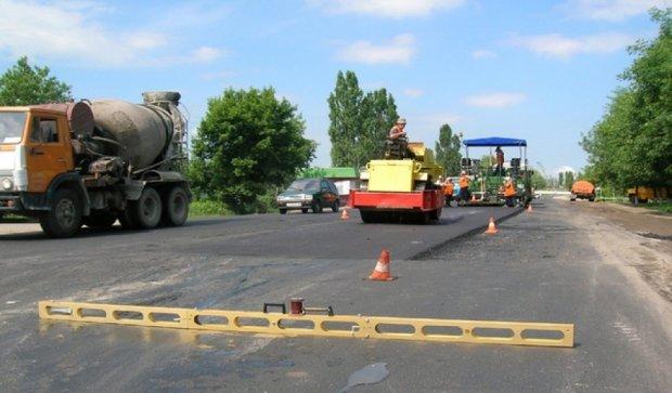 Волонтер  самостоятельно отремонтировал дорогу, разбитую военными