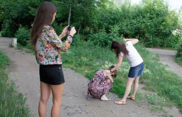 Київські школярки влаштували криваву розправу: били ногами, очей не видно