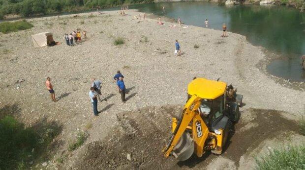 Штраф - 50 тысяч гривен: во Франковске очищают реку, где утонули подростки, купаться запрещено