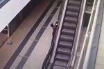 Дитина на ескалаторі, скріншот: Youtube