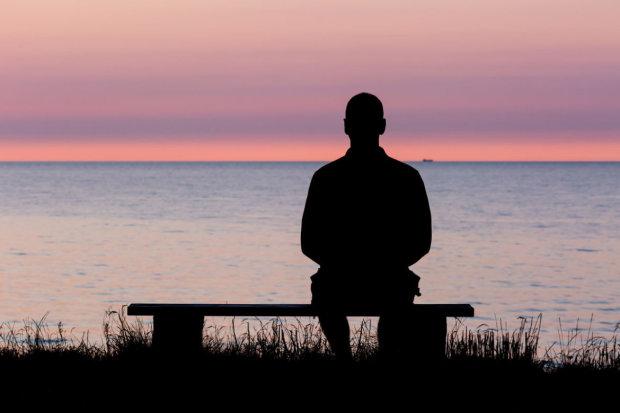 Епідемія самотності: вчені визначили три віки, коли людина готова завити