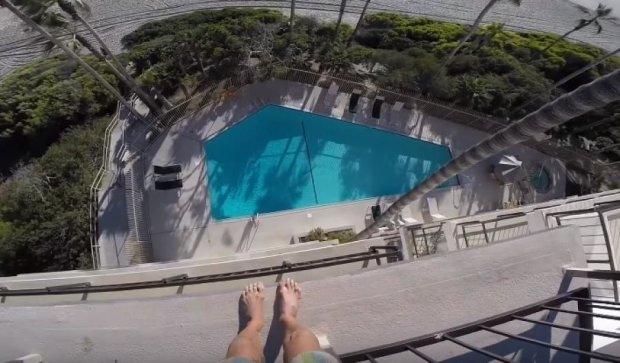 Безумный поступок: экстремал нырнул в бассейн с крыши отеля