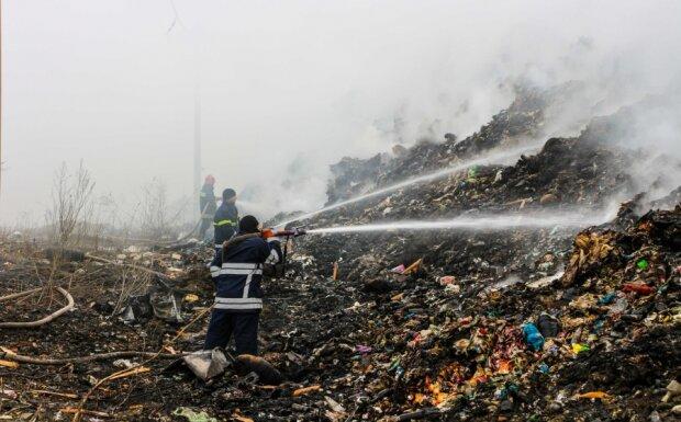 """На Прикарпатті спалахнуло сміттєзвалище, рятувальники збилися з ніг: """"Бомба сповільненої дії"""""""