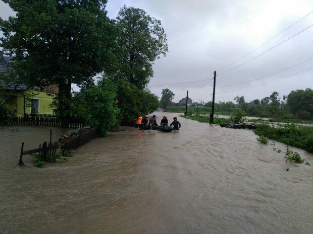 Водяний жах на Прикарпатті ще не закінчився, синоптики б'ють тривогу — води в річках стане більше