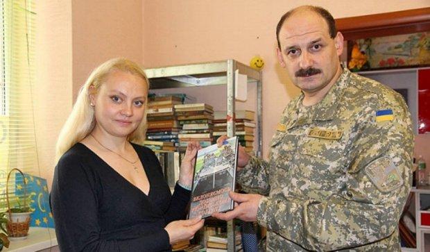 Бойцам АТО на передовой вручили патриотические книги