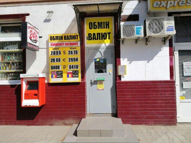Курс валют на 27 жовтня: гривня тягне українців у прірву