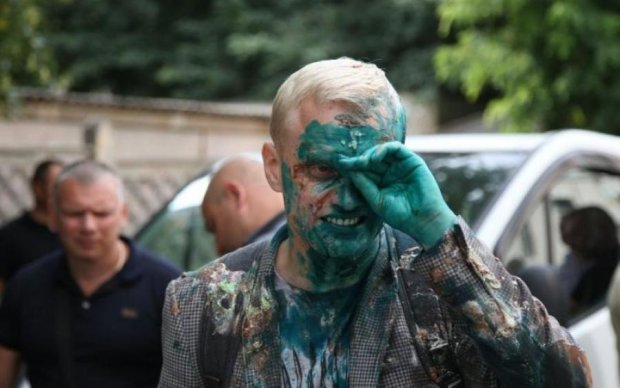 Політика по-українськи: за гострі питання Шабуніну залили обличчя зеленкою