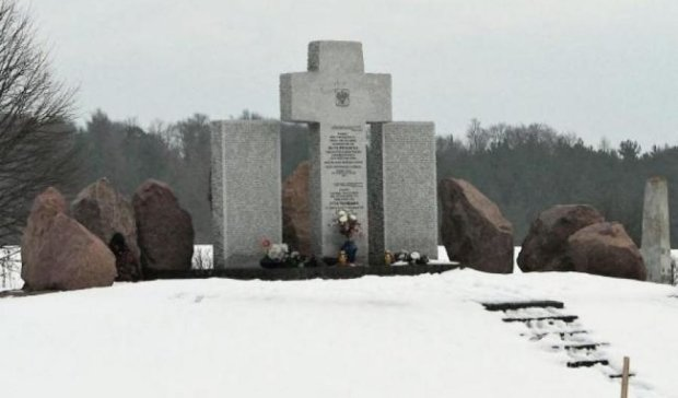 На Львовщине вандалы снова осквернили мемориал полякам