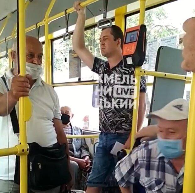 Чоловік без маски в тролейбусі зупинив рух транспорту в Хмельницькому, скріншот