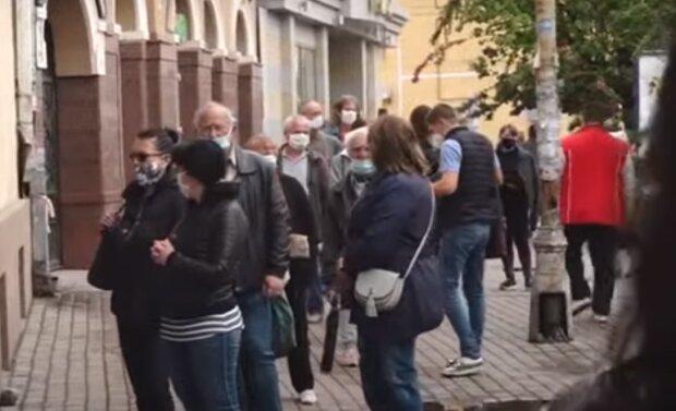"""На Тернопольщине толпа горожан хлынула на рынок - """"выпустили на волю из карантина"""""""