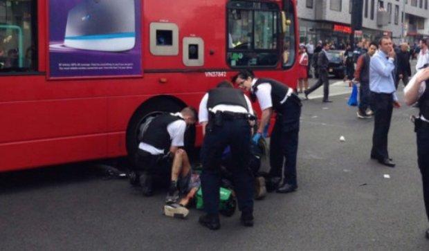 В Лондоне сто человек подняли автобус и спасли мотоциклиста