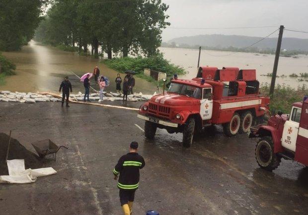 Большая вода отрезала Закарпатье от цивилизации: украинцам показали масштабы трагедии с высоты
