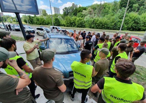 У Протасовому Яру активісти перекрили дорогу забудовникам власними авто: ситуація стає критичною