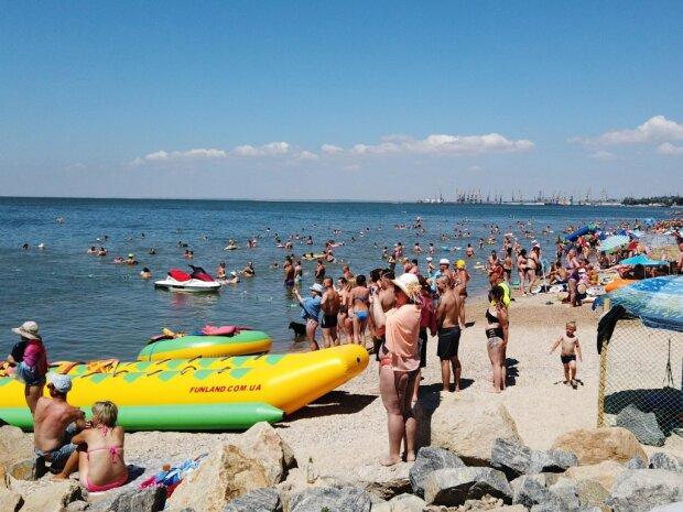 """""""Пахлава медова, пиво лід - налітай скоріш"""": у Бердянську масово труяться на пляжах, скандал на все місто"""