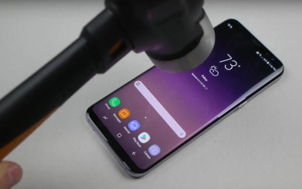 Samsung Galaxy S8 перевірили на міцність молотком