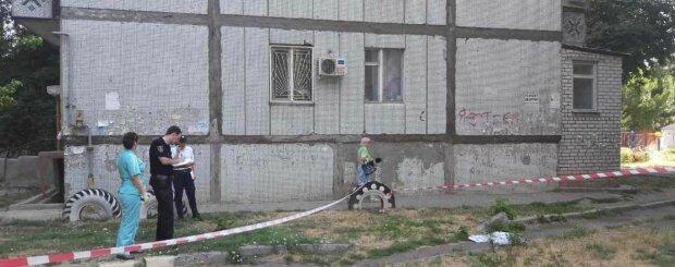 Батьки знущалися: під Запоріжжям дитина викинулася з вікна, - відеошок