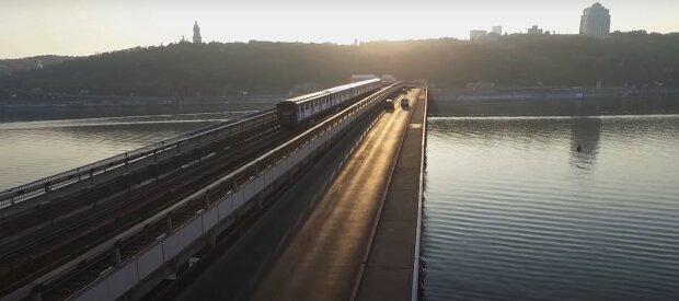В Киеве псих с пакетом и пультом влез на мост Метро, может взорвать - полиция начала действовать