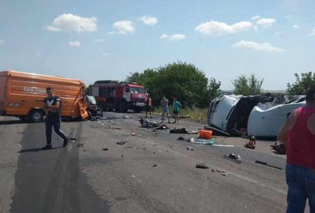 Два автобуси на Миколаївщині влетіли лоб в лоб: 15 постраждалих та загибла, фото з місця