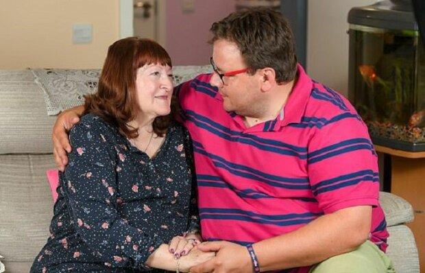 В 17 женился на 51-летней: влюбленная пара показала свое счастье спустя 19 лет