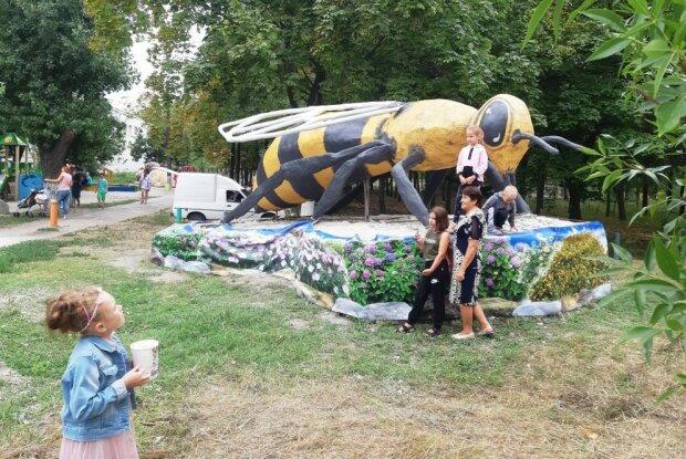 Ющенко оценит: в Запорожье установили памятник гигантской пчеле