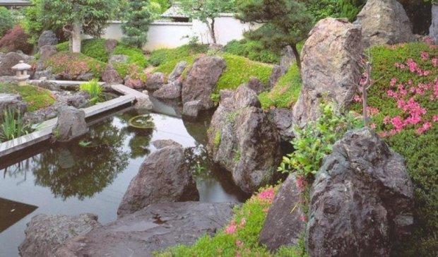 Кияни прогуляються по японському саду каменів