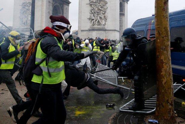 """""""Жовті жилети"""" встали Макрону поперек горла: протестувальникам приготували водомети і БТР"""