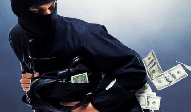 Киевлянин с гранатой ограбил кредитные киоски на Троещине