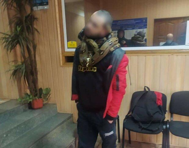 Киянин прогулявся із зміями на шиї, фото: Національна поліція Київської області