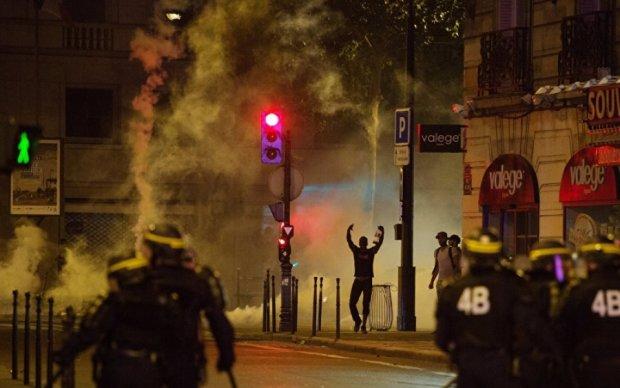 Ситуация во Франции накаляется: горящие машины и слезоточивый газ