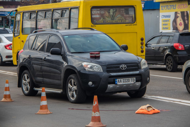 Жуткое ДТП в Киеве: девушка не увидела пешехода и помчалась прямо на него, финал плачевный