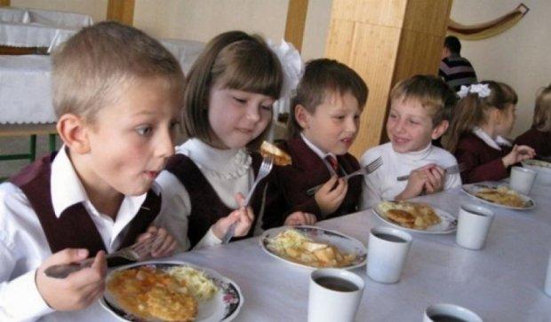 В школьной столовой в Мариуполе отравились около 60 детей