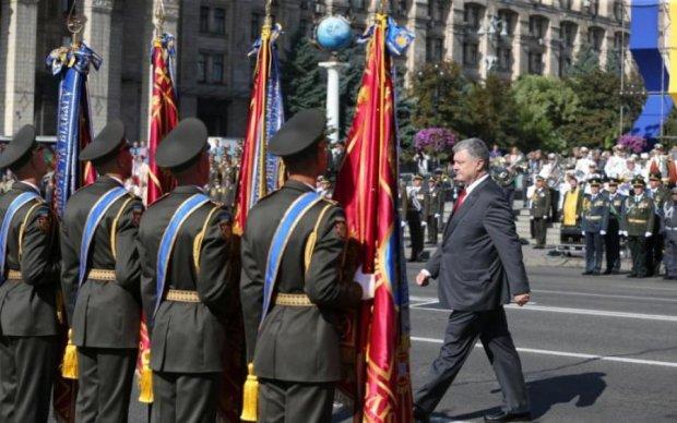 Уже третий раз: на параде солдат потерял сознание во время выступления Порошенко