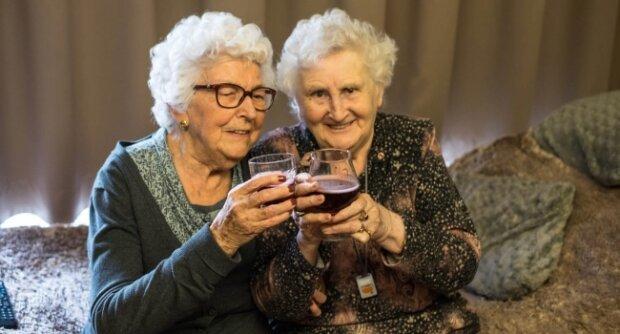 Бабусі випивають, фото Replyua.net