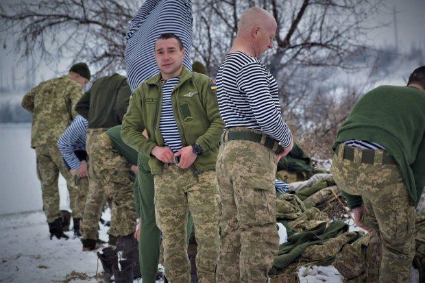 Український морпіх ризикуючи найдорожчим витяг бідолаху з того світу, лід героям не перешкода: кадри порятунку