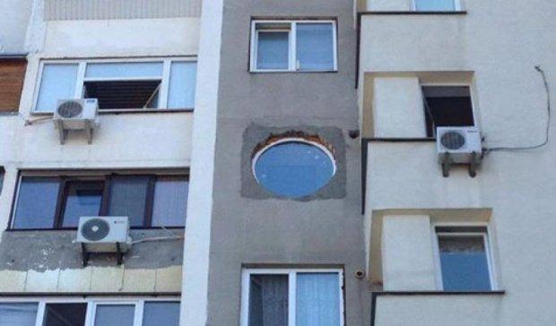 Киянин встановив собі кругле вікно в звичайній «панельці» (фото)